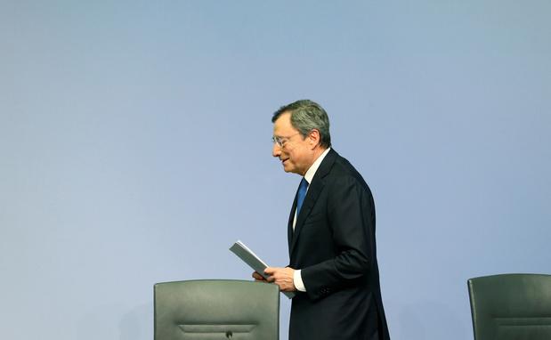"Mario Draghi transmet sa ""clochette"" de président à Christine Lagarde"
