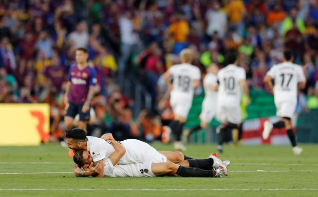 Valencia houdt Barcelona van recordwinst in Copa del Rey, Bayern pakt Duitse dubbel