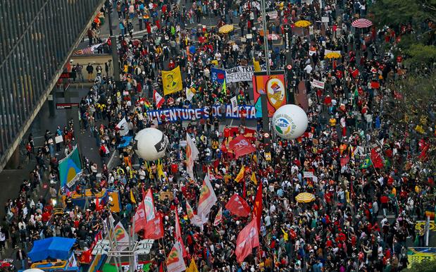 Vele tienduizenden Brazilianen manifesteren tegen president en diens corona-aanpak