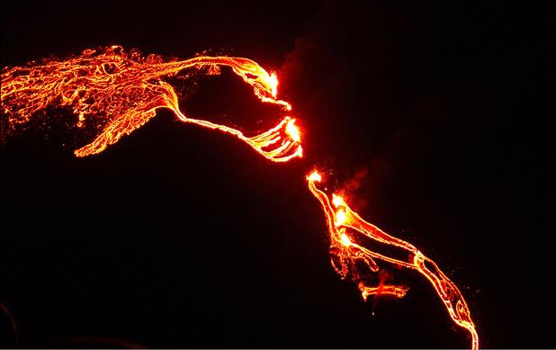 En images: une éruption volcanique illumine le ciel près de Reykjavik