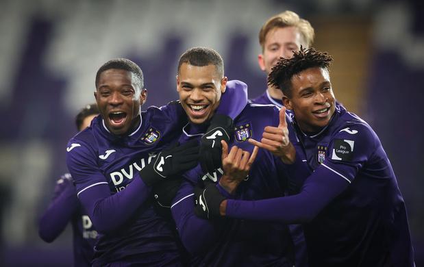 Anderlecht, réduit à 10, a encore souffert en fin de match mais a battu Ostende