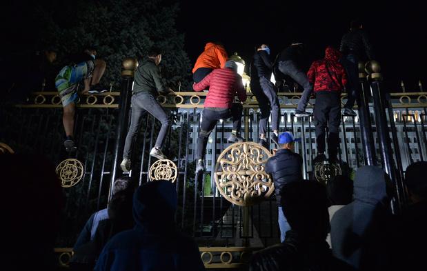 Demonstranten in Kirgizië bestormen parlementsgebouw en bevrijden ex-president