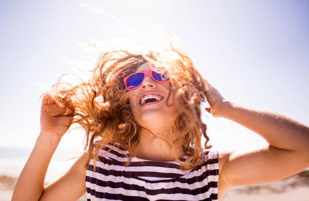 Nos 5 conseils pour éviter les cheveux secs en été