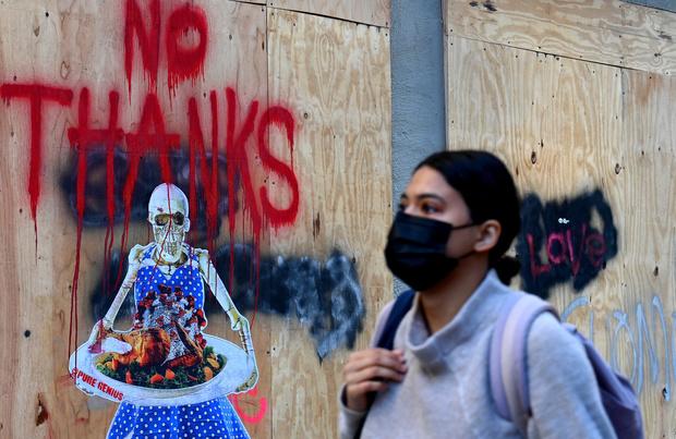 Covid: un Thanksgiving à haut risque, l'Europe atténue les restrictions
