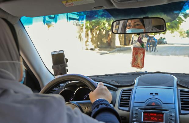 Nayla Abou Jubbah, première femme chauffeur de taxi à Gaza