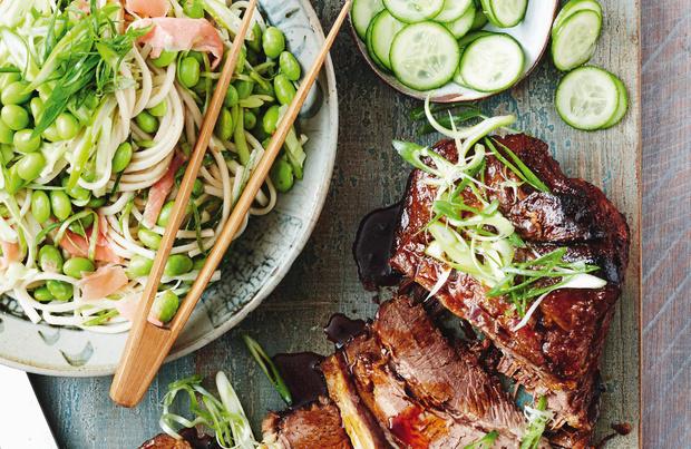 Traag gegaard rundvlees teriyaki met noedelsalade