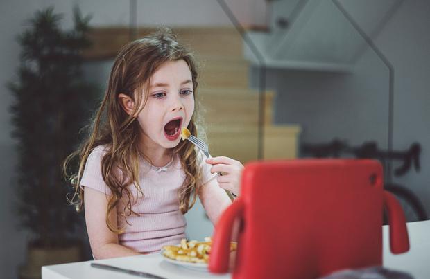 Regarder la télé en mangeant ralentit l'apprentissage du langage