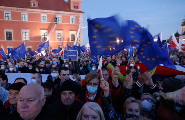 Des dizaines de milliers de Polonais pro-UE dans la rue