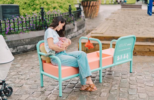 Borstvoeding on the go: femtechmerk Elvie moedigt moeders aan uit huis te voeden met 'Breast Places'