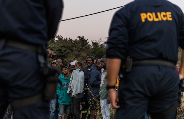 """""""Pas de recu? Confisqué"""": la police sud-africaine fait la chasse aux pillards"""