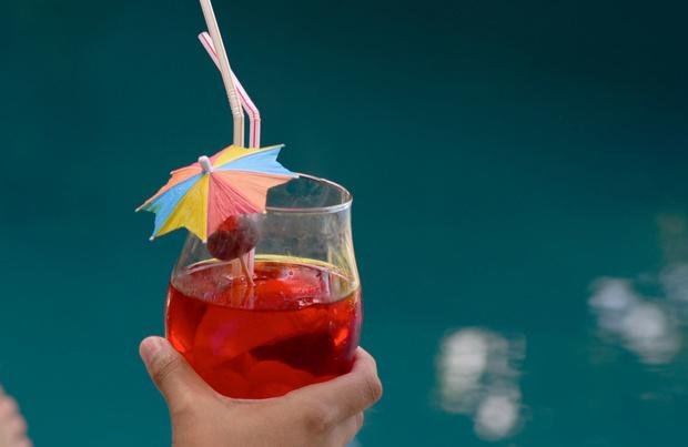 Comment et pourquoi le parasol en papier s'est-il retrouvé dans nos cocktails?