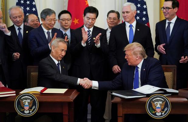 """Guerre commerciale: les Etats-Unis et la Chine signent un accord """"historique"""""""