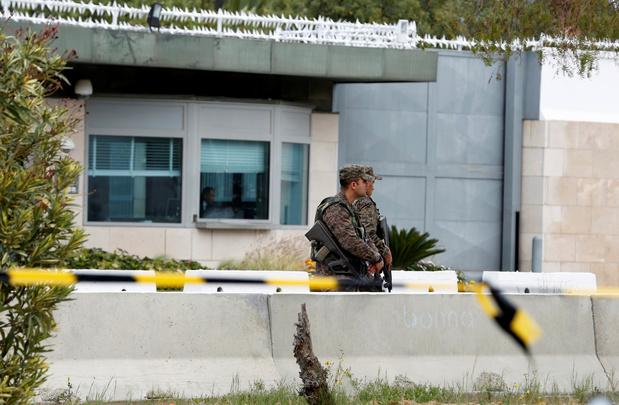 Tunis: un double attentat suicide devant l'ambassade américaine, un policier décédé