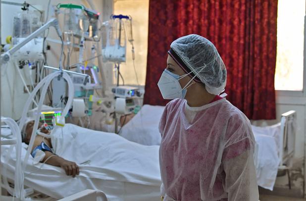 """Afflux de patients, hôpitaux surchargés, plages bouclées: la Tunisie face au """"tsunami"""" du Covid"""