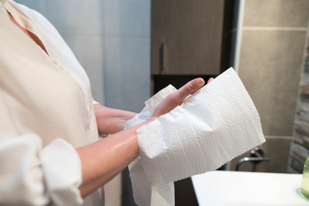 Papieren doekjes of een handenblazer, wat is het efficiëntst om virussen te verwijderen?