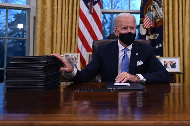 Biden signe une série de décrets imposant le port du masque et le retour dans l'Accord de Paris
