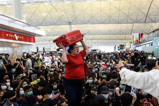 Les manifestants bloquent les passagers en partance à l'aéroport de Hong Kong