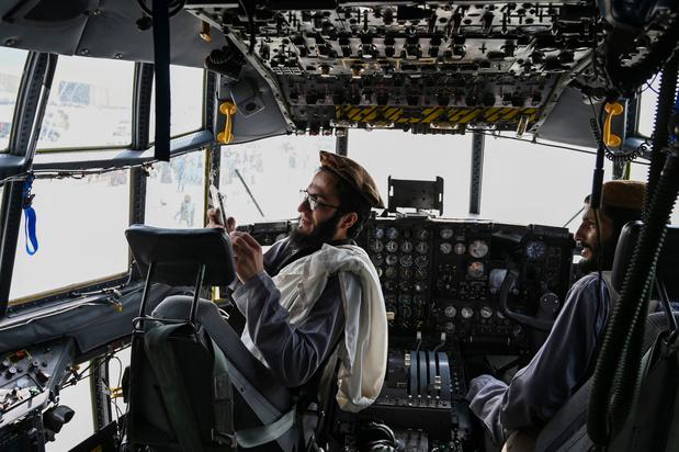 Scènes de joie des talibans dans un aéroport de Kaboul saccagé: et maintenant? (photos)