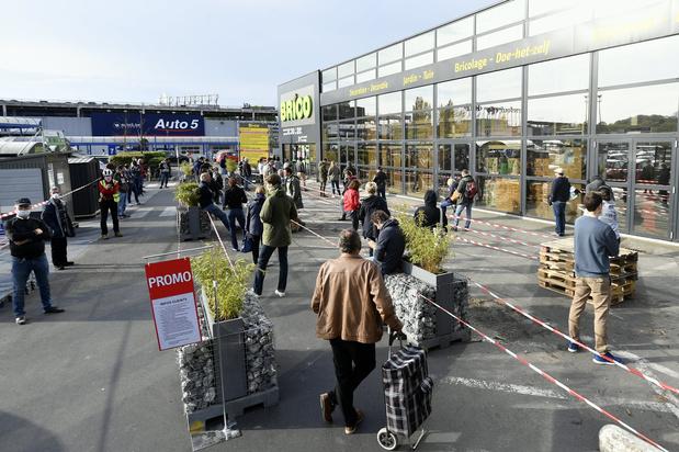 Encore beaucoup de monde devant les magasins de bricolage lundi matin