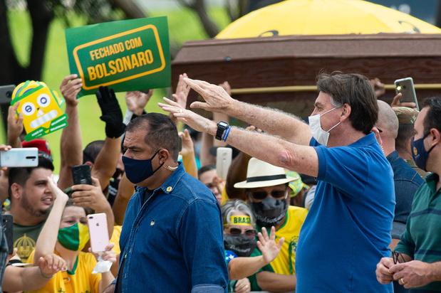 Au Brésil, Bolsonaro félicite ses partisans qui bravent les normes sanitaires
