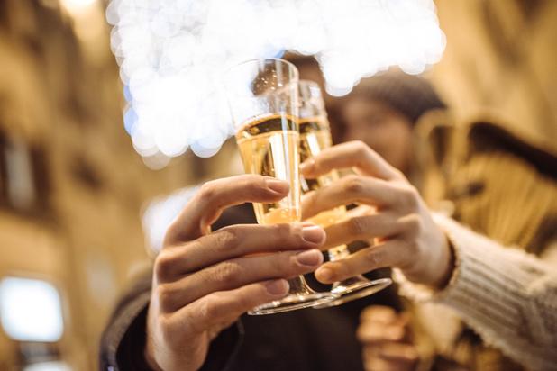 Een glaasje champagne na je coronaspuit, een goed idee?