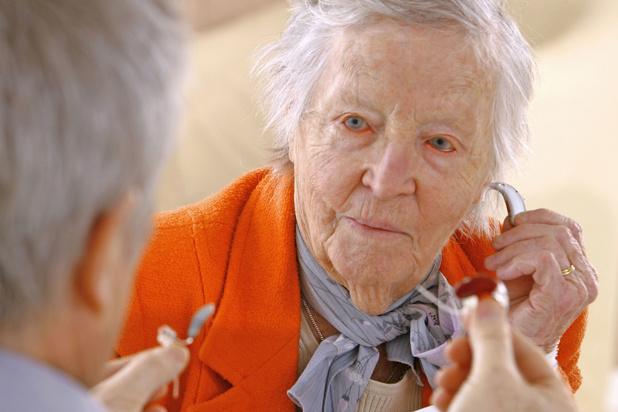 Onderzoekers hoopvol: hoorapparaat kan risico op dementie verminderen