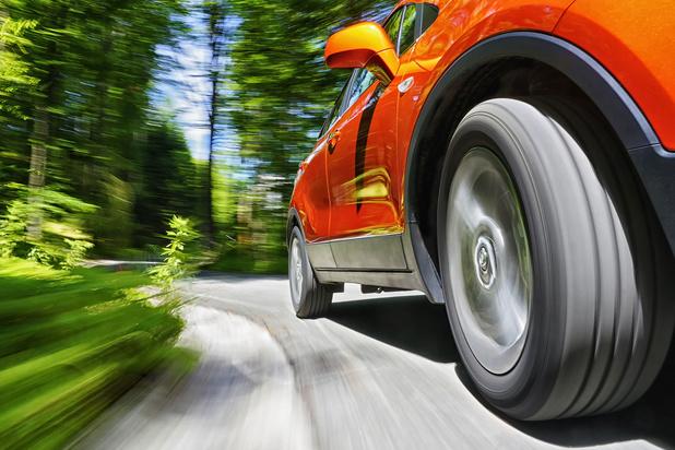 Mysterie van de dag: waarom lijken de wielen van een rijdende auto soms achteruit te draaien?