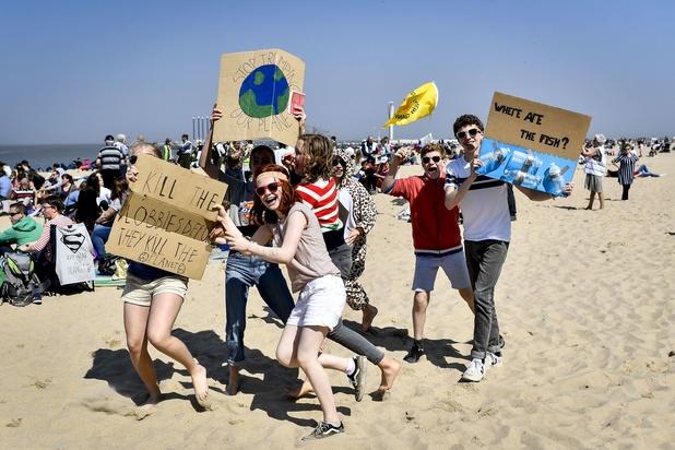 Action décontractée de centaines d'activistes climatiques sur la plage d'Ostende