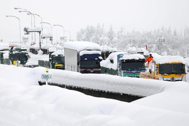 Un millier de véhicules toujours bloqués dans une neige épaisse au Japon