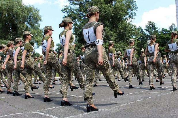 Vrouwelijke soldaten moeten marcheren op hakken: golf van kritiek op leger Oekraïne