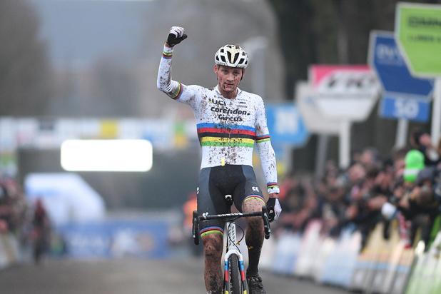 Van der Poel rondt inhaalrace in Loenhout succesvol af, Van Aert bij terugkeer vijfde