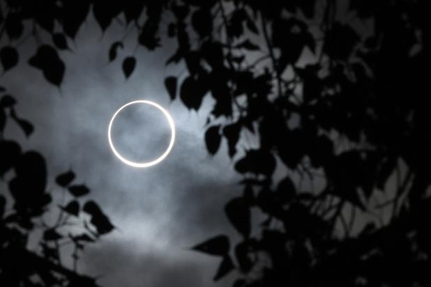 """Les astronomes amateurs admirent une éclipse """"cercle de feu"""" (en images)"""
