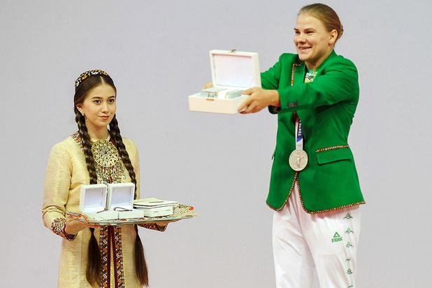Turkmenistan beloont eerste olympische gemedailleerde met appartement, cheque en luxewagen