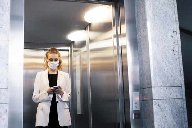 'Neem de lift niet tegelijkertijd met anderen en draag een mondmasker'