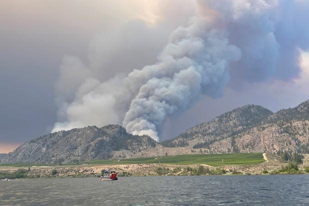 Duizenden mensen geëvacueerd wegens aanhoudende bosbranden in westen van Canada
