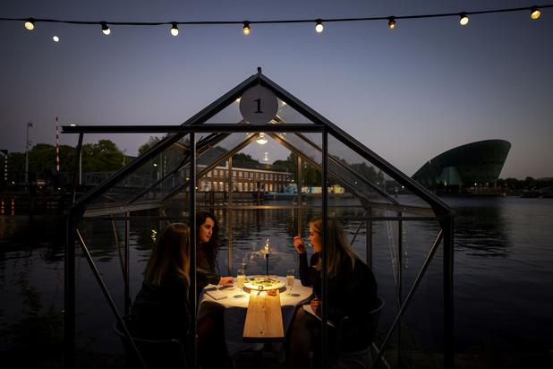 À Amsterdam, les restaurants se réinventent en petites serres séparées