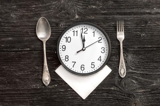 Word je dikker wanneer je 's avonds laat eet?
