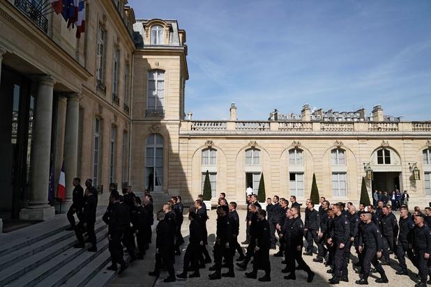 """La France rend hommage aux """"héros"""" sauveurs de Notre-Dame de Paris"""