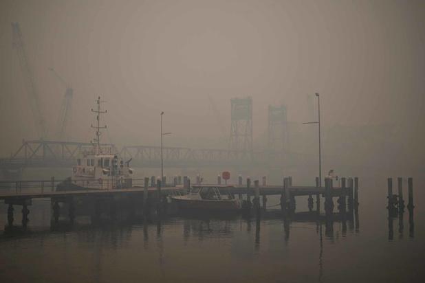 Australie: début de l'évacuation par bateau, les touristes intimés de fuir les zones menacées