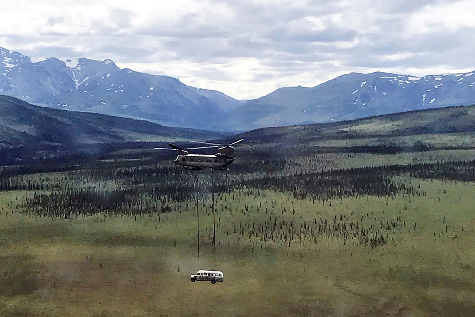 In beeld: 'Into The Wild'-bus vliegt de wildernis uit