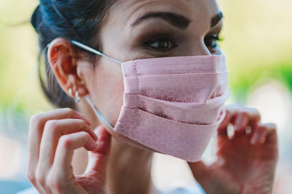 Moet het stoffen mondmasker terug in de kast? 'Laat enkel medische mondmaskers toe'