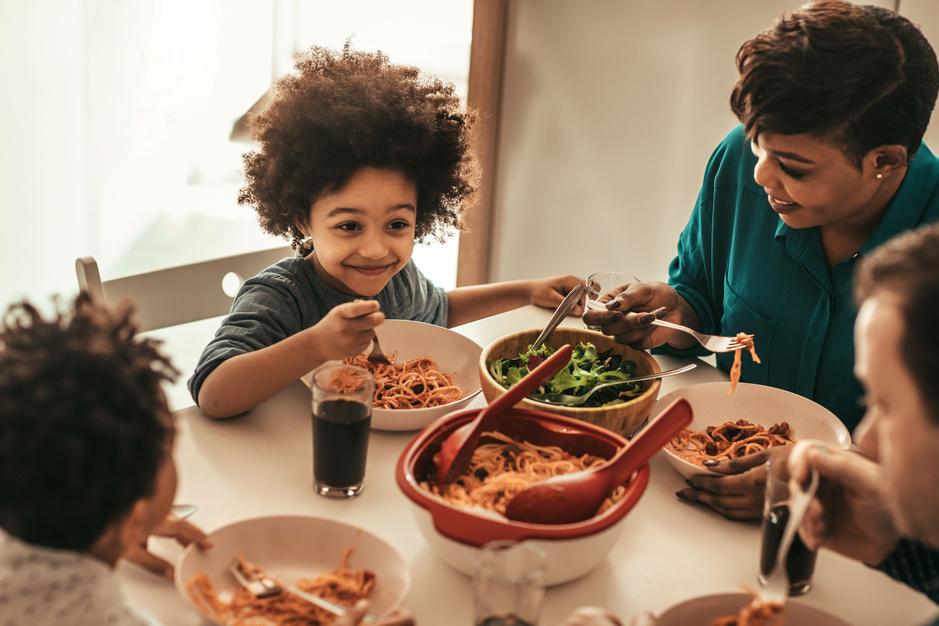 De comeback van de gezinsmaaltijd: 'Voedsel delen gaat terug naar onze wortels als mens'