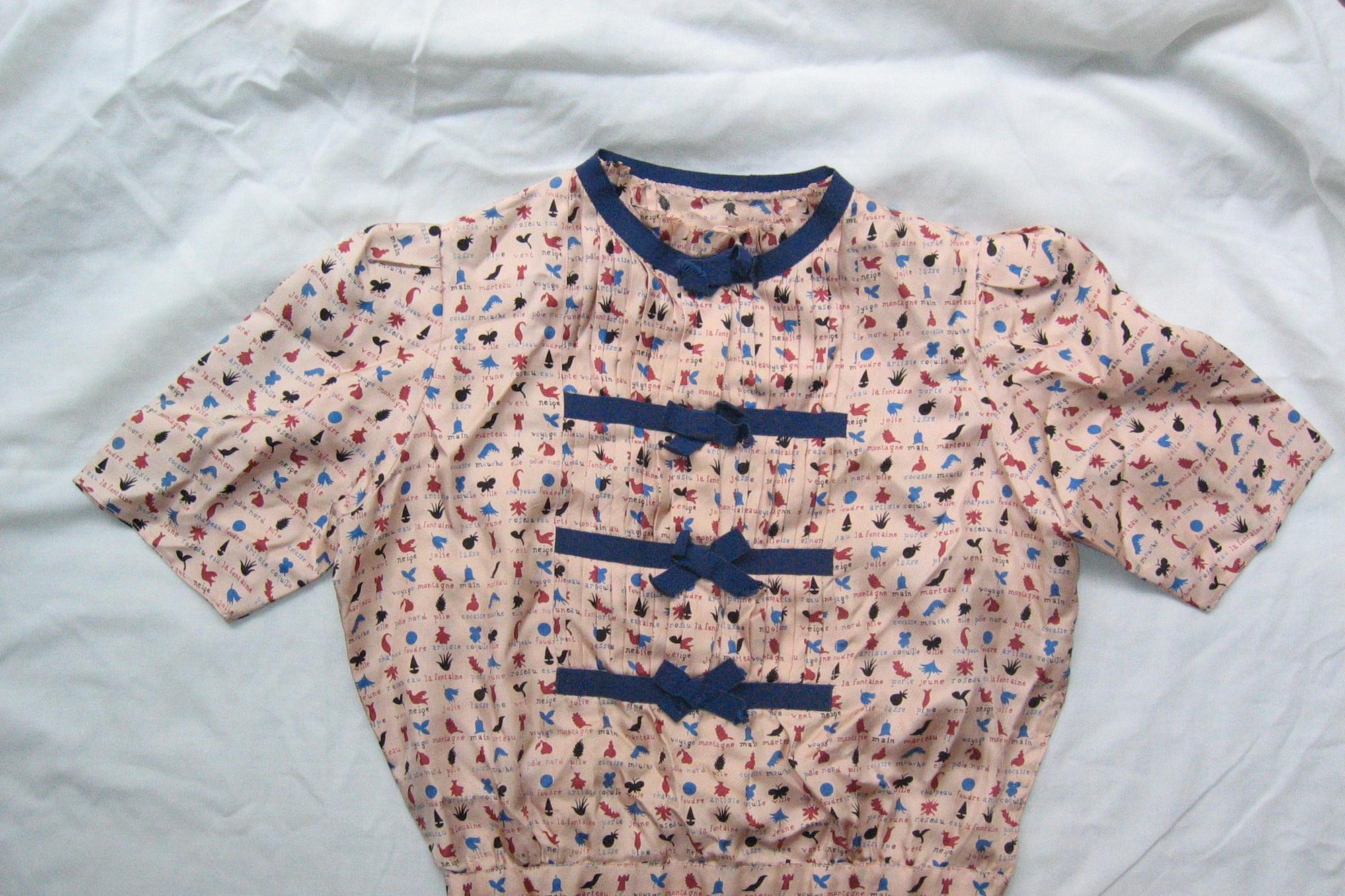 Deze surrealistisch geïnspireerde blouse dateert uit ca. 1938 en komt uit een privéverzamelin, Nele Bernheim