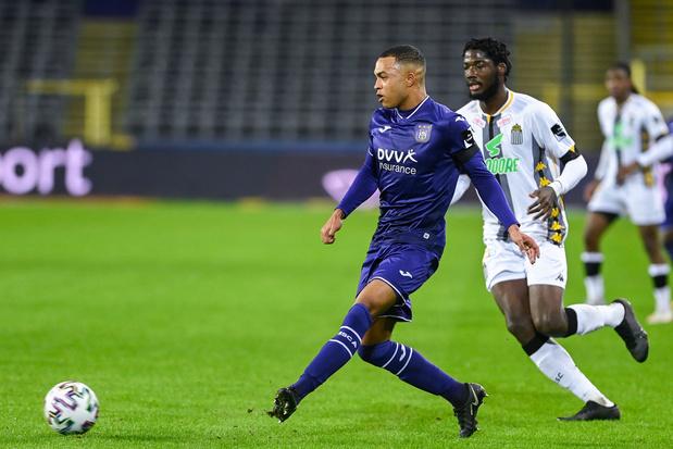 Anderlecht bat Charleroi et le dépasse au classement