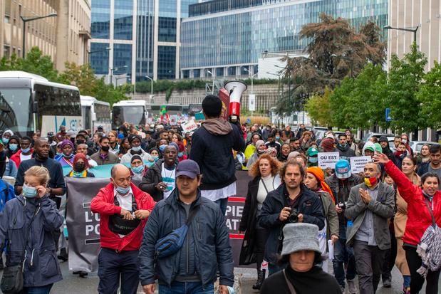 Enkele honderden mensen betogen in Brussel voor regularisatie mensen zonder papieren