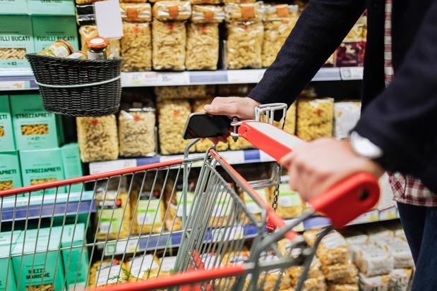 Face au coronavirus, les supermarchés britanniques imposent des restrictions