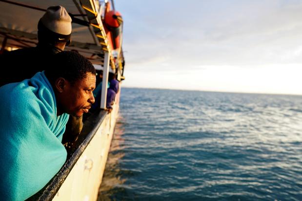 Le nombre de migrants qui arrivent par bateau en Italie a diminué de moitié en un an