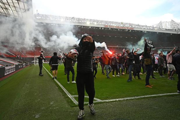 Man. United  - Liverpool uitgesteld nadat supporters veld bestormen