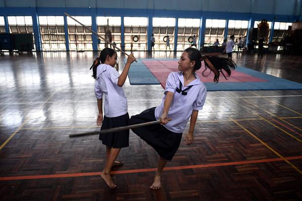 Art martial ancestral oublié, le Krabi Krabong devient une arme d'autodéfense pour les filles en Thaïlande