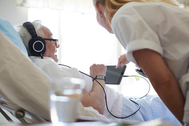 Les seniors connectés des pieds à la tête, et même des couches aux lunettes